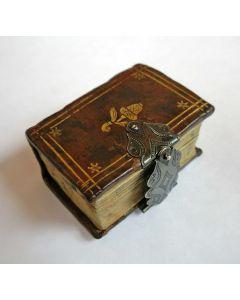 Miniatuur boekje met leren bandje en zilveren slotje, Kerkelijke historie, 1755