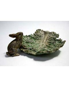 Weens bronzen beeldje, konijntje op koolblad, 19e eeuw