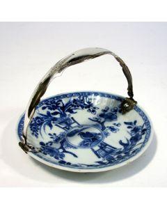 Chinees porseleinen schoteltje, Kangxi periode, met zilveren hengsel
