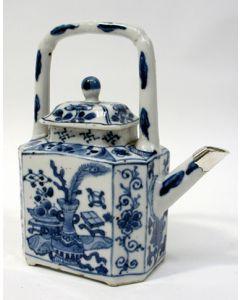 Chinese porseleinen theepot, Kangxi periode, met zilveren montuur