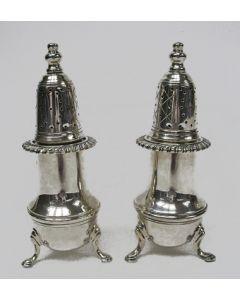 Stel zilveren peperstrooiers