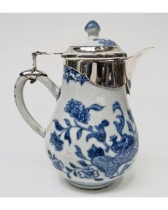 Chinees porseleinen kannetje, QianLong periode, met zilveren monturen