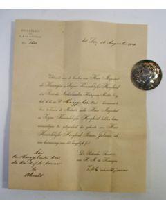 Geboortepenning Prinses Juliana, door Koningin Wilhelmina en Prins Hendrik als beloning geschonken aan Prof. Dr. B.J. Kouwer, die de gynaecoloog van H.M. de Koningin was bij haar bevalling in 1909, met oorkonde