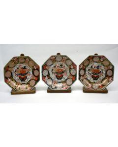 Drie Japans Imari schotels, 1e kwart 18e eeuw