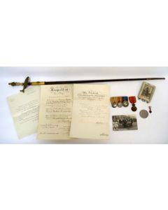 Groep onderscheidingen, oorkondes en staatsiedegen van de persoonlijke lakei van Koningin Emma, ca. 1910-1935