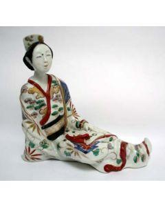 Japans Imari porseleinen beeld van een zittende Bijin, tevens inktpothouder, ca. 1700