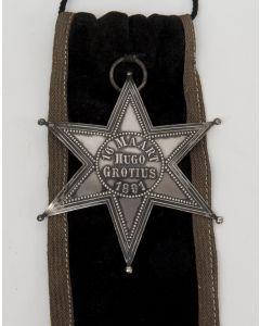 Zilveren draagteken van de Utrechtse Studentenvereeniging Hugo Grotius, 1891