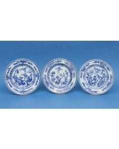 Drie Chinese porseleinen borden, Qianlong periode