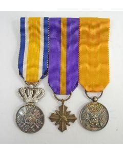 Spang van drie miniatuur onderscheidingen van een militair