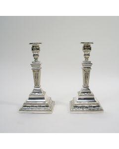 Stel klassieke zilveren kandelaars