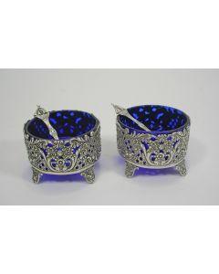 Stel zilveren zoutbakjes met blauw glas
