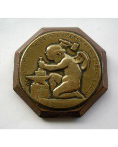 Penning, uitgevoerd als presse-papier voor de medailleafdeling van de Koninklijke Begeer, 1922