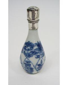 Chinees porseleinen parfumflesje, Kangxi periode, met zilveren montuur