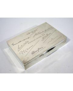 Zilveren sigarettendoos, gegraveerd met de handtekeningen van leden van het Nederlands Gezantschap te Brussel, 1940