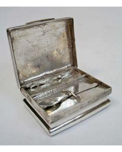 Zilveren snuifdoos met snuiflepeltje, Schoonhoven 1788