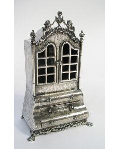 Miniatuur zilveren porseleinkast
