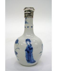 Chinees porseleinen parfumfles, Kangxi periode, met zilveren montuur