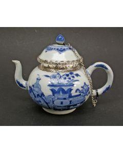 Chinees porseleinen theepot, Kangxi periode, met zilveren montering (1859)