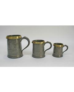 Drie Engelse tinnen bierpinten met messing rand, 1831