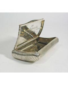 Zilveren tabaksdoos met een gelegenheidsgravering van de zalmvisser Goris Oudenaarde, IJsselmonde