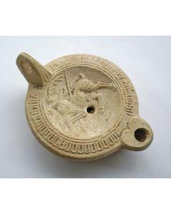 Romeins aardewerk olielamp met de afbeelding van een hert, 3e/4e eeuw
