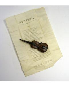 Doosje in de vorm van viool, inhoudend een toepasselijk huwelijksgedicht, 19e eeuw