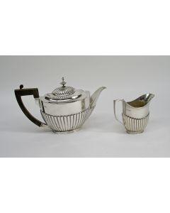 Klassieke zilveren theepot en roomkan, 1908