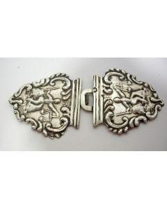 Zilveren ceintuurhaak met Vrouwe Justitia, Barteld Ples, Kampen 1871