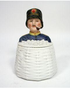 Porseleinen tabakspot met Nederlandse huzaar, ca. 1900