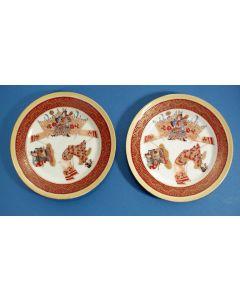 Stel porseleinen bordjes met kabukimotieven, Japan, 19e eeuw