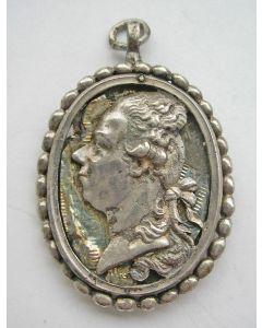 Orangistisch draagteken met de afbeeldingen van Stadhouder Willem V en Wilhelmina van Pruisen, ca. 1787