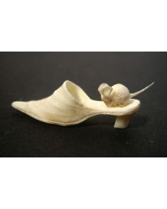 Ivoren sculptuurtje, muis op schoen, 19e eeuw
