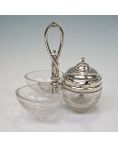 Geëtst glazen peper-, zout- en mosterdstel met zilveren montuur, 19e eeuw