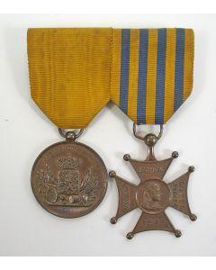 Spang van twee onderscheidingen van een koloniaal militair (Lombokkruis en Trouwe Dienst), 19e eeuw