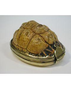 Tabaksdoos van schildpad met messing montuur, 18e eeuw