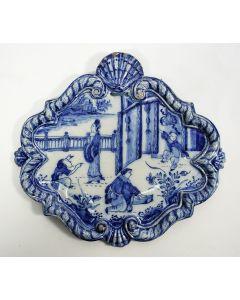 Delfts aardewerk wandplaquette met Chinoiserie decor, gedateerd 1745