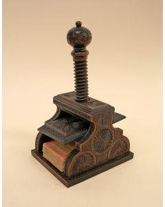 Met kerfsnede bestoken speelkaartenpersje, 19e eeuw