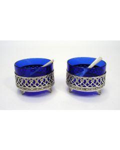 Stel zilveren zoutvaatjes met blauw glas