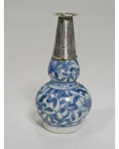 Chinees porseleinen miniatuur vaasje met zilveren montering, Kangxi periode, ca. 1720