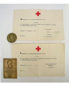 Landsteiner-penning en -plaquette van de Bloedtransfusiedienst van het Nederlandse Rode Kruis, met de bijbehorende oorkondes uit 1953 en 1958.