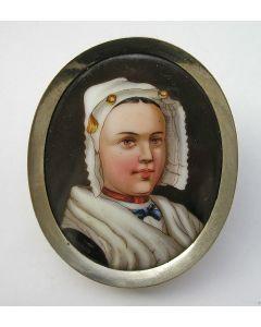Geëmailleerde porseleinen broche, vrouw in klederdracht, 19e eeuw