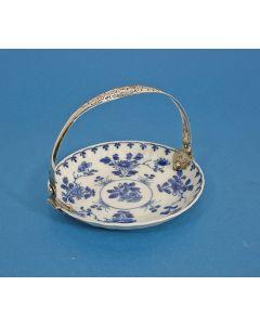 Chinees porseleinen schaaltje, Kangxi periode, met 19e-eeuwse zilveren beugel