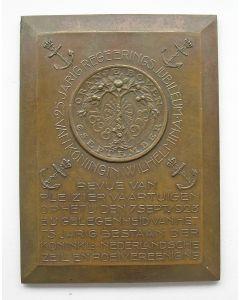 Plaquettepenning,  25-jarig regeringsjubileum Wilhelmina; revue van pleziervaartuigen op het IJ te Amsterdam, 1923 [J.C. Wienecke]