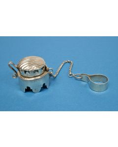 Zilveren pijpenkopbeschermer', zgn. 'keteldopje', 19e eeuw.