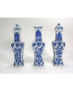 Drie Chinese porseleinen vazen, Kangxi periode, ca. 1700/20.