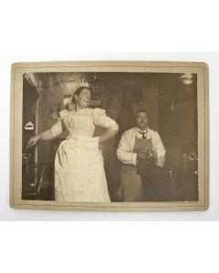 Foto van een dienstbode en een huisknecht, ca. 1900