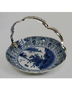 Chinese porseleinen gebaksschaal, Kangxi periode, met zilveren hengsel