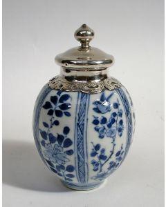 Chinees porseleinen theebusje, Kangxi periode, 18e eeuw, met zilveren monturen