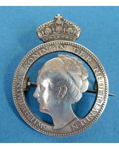 Zilveren muntbroche met Koningin Wilhelmina, periode 1940-1945