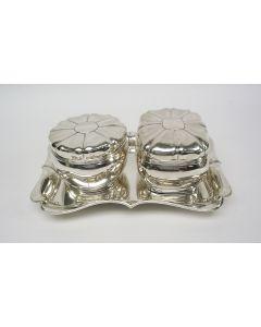 Stel zilveren koektrommels op onderblad, 1847